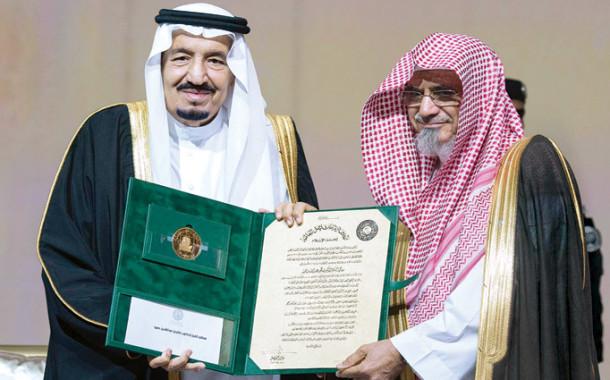 خادم الحرمين الشريفين يسلم معالي الشيخ الدكتور صالح بن حميد جائزة الملك فيصل لخدمة الإسلام